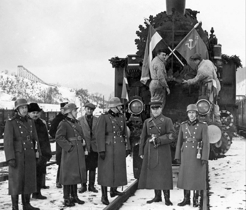 A Szovjetuniótól visszakapott 1848-as honvéd zászlók fogadása a magyar-szovjet határon. Lavocsne, 1941. március 22. MTI Fotó/ Hadtörténeti Intézet