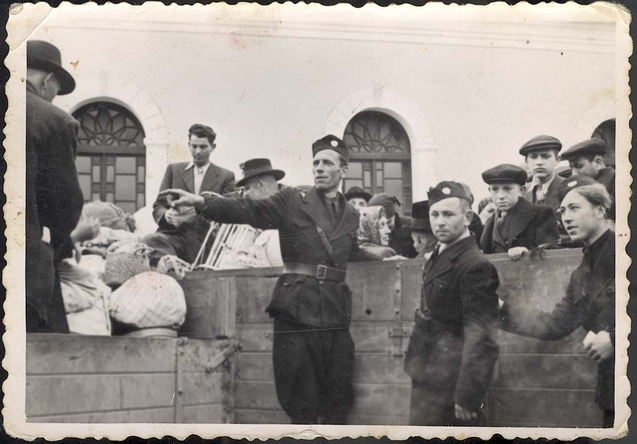 Zsidók deportálása Sztropkóról. Jad Vasem Múzeum, 3132/46
