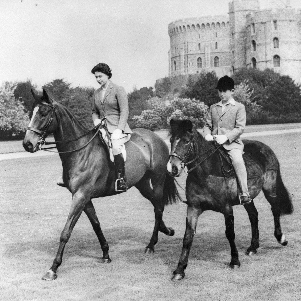 A walesi herceggel a Windsor kastélyban lovagol.