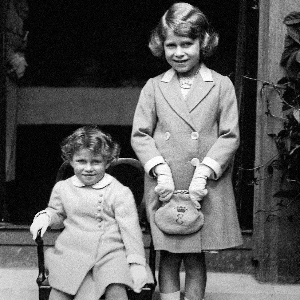 Elizabeth és nővére, Margaret Rose, aki 1930-ban született, otthon tanultak.