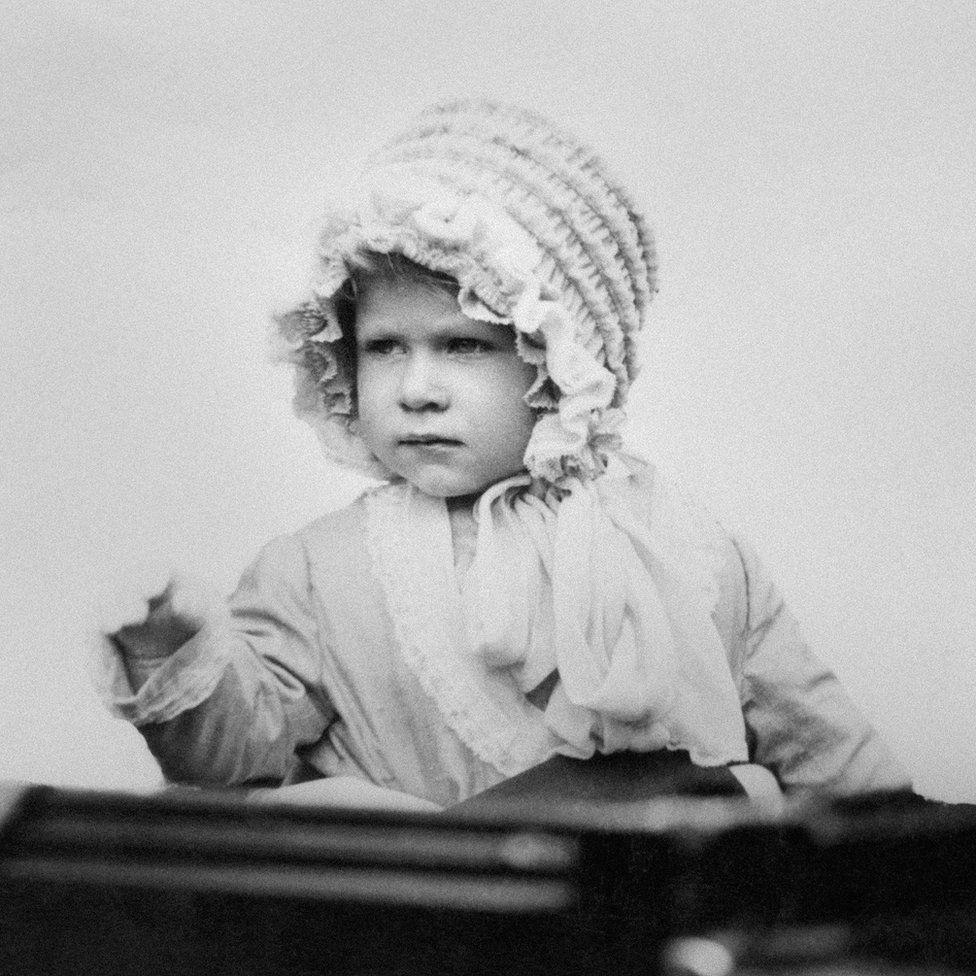 A jól ismert királyi kéztartás 1929-ből.