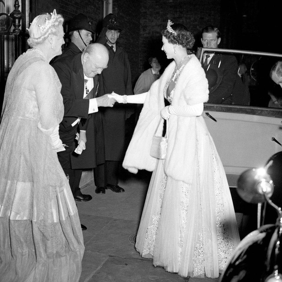 Sir Winston Churchill miniszterelnök üdvözli a királynőt és Edinburgh hercegét a Downing Street 10-ben.