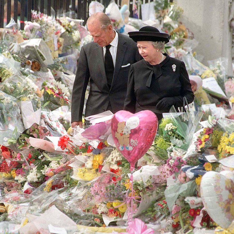 Diana autóbalesetét és halálát követően a királyi család elzárkózott. Ezen reakció a közvélemény vádjába ütközött, hogy a királynő nem reagált a hangulatnak megfelelően.