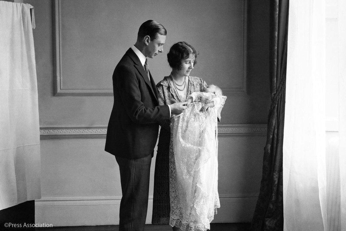 Erzsébet egyhónapos korában keresztelőjekor szüleivel, Alberttel és Erzsébettel. Forrás: Press Association