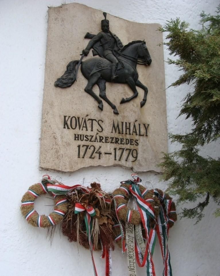 Emléktábla szülővárosában