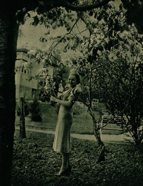 Komár Juliska a Páger-villa kertjében (Színházi Élet 1937 19. sz.)