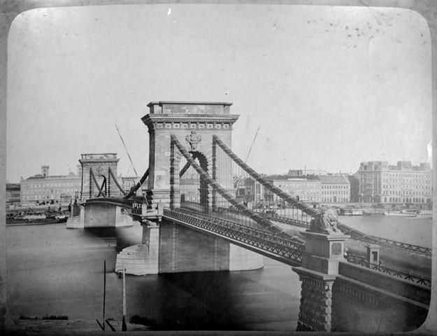 Lánchíd, még az eredeti formájában. Sina György 87 éves szabadalma végéig egyébként az eredeti híd nem bírta (volna) ki. 1913-15-ben teljesen át kellett építeni. Magyar Műszaki és Közlekedési Múzeum, Történeti Fényképek Gyűjteménye, 1517