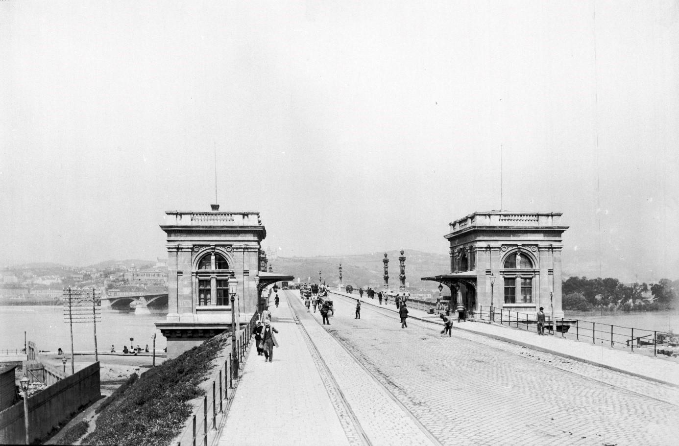 Az új híd, az 1876-ban megépült Margot híd már állami beruházásként épült meg. Ennek ellenére itt is fizetni kellett az áthaladásért, 1918 végéig. Magyar Műszaki és Közlekedési Múzeum, Történeti Fényképek Gyűjteménye, MMKM TFGY 18006