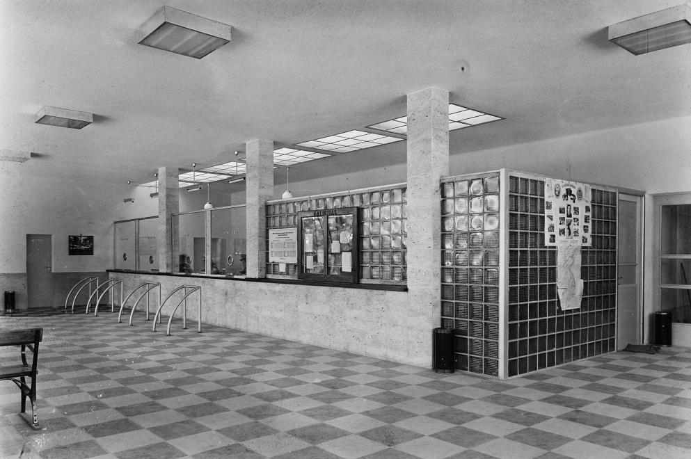 Az állomás pénztárai és várócsarnoka eredeti állapotában, 1950. UVATERV / FORTEPAN