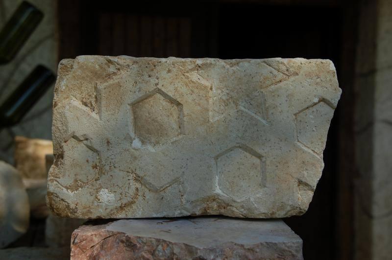 Az ásatáson, a türbéből előkerült kőfaragvány, Szulejmán pecséttel.