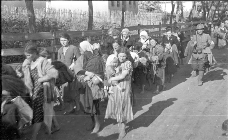 Román katonák részvétele a zsidók szovjet területekre való deportálásában. 1941. július 17. (Bundesarchiv, B 145 Bild-F016206-0003)
