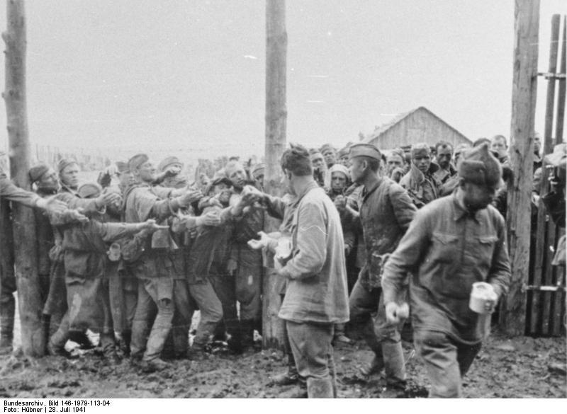 Kenyérosztás a vinnyicai hadifogolytáborban. 1941. július 28. (Bundesarchiv, Bild 146-1979-113-04)