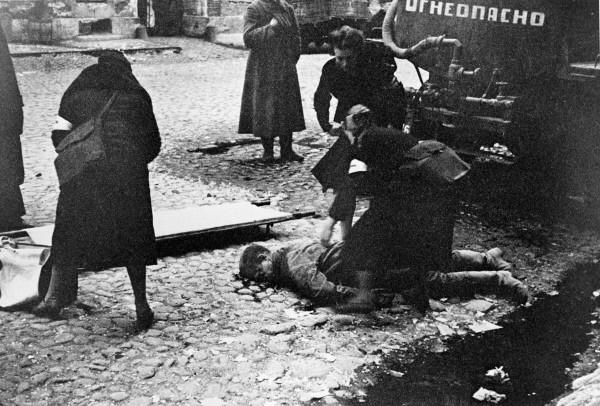 Nővérek segítenek az első Leningrádot ért bombatámadás sérültjein. (RIA Novosti archive)