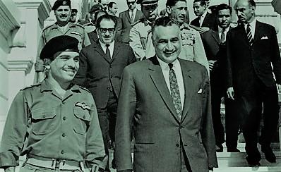 """Nasszer és Huszein miután aláírták a védelmi szerződést 1967-ben. A két férfi között mély ellenszenv volt: az egyik rendezvényen Nasszer nyilvánosan """"lekurvázta"""" a jordániai királyt. Huszein többször azt nyilatkozta az egyiptomi elnökről hogy egy """"gyáva alak, aki az ENSZ mögé bújik, ha Izraelről van szó""""."""