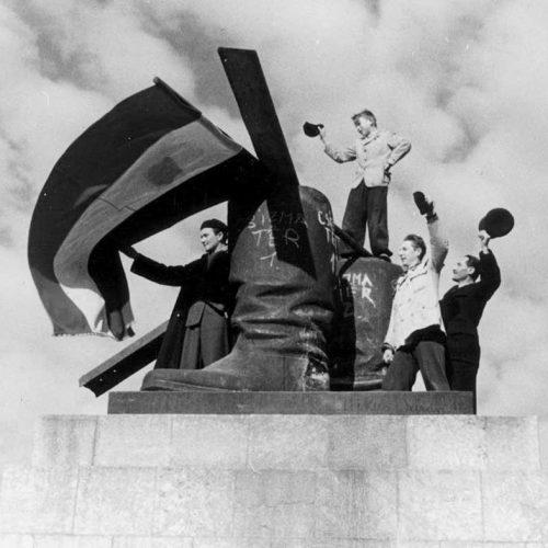 """""""Tapsolj, kopasz, különben elvisz az ÁVO!"""" – Az 5+2-es viccek a szocializmusban"""