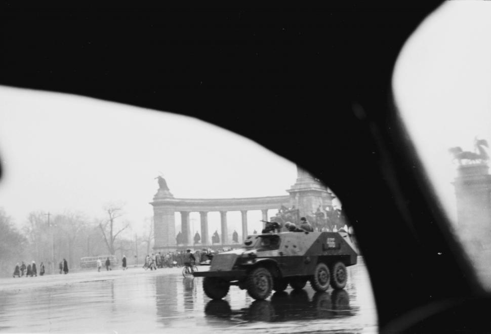 Szovjet csapatszállító (BTR-152) a Hősök terén csak néhány méterre a budapesti jugoszláv nagykövetség épületétől. (Forrás: FORTEPAN/Berkó Pál)