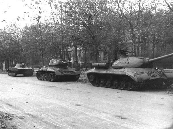 Szovjet IS-3, T-34-85 és PT-76 páncélosok a szovjet nagykövetség Andrássy út és Bajza utca találkozásánál álló épülete előtt. Máig tisztázatlan, hogy parancsot adott-e valaki és ha igen akkor ki a jugoszláv nagykövetség lövetésére.