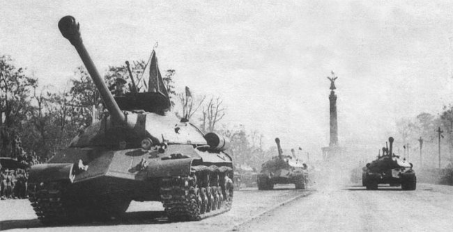 A szovjet szörnyeteg és a berlini győzelmi parádé