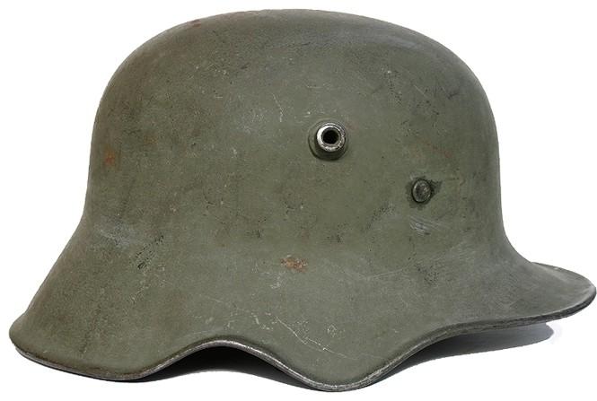 Fülnél kivágott német M1918 acélsisak.