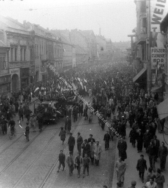 Tüntetés Miskolc főutcáján, október 25-én. Forrás: 1956-os Intézet Fotóadatbázis