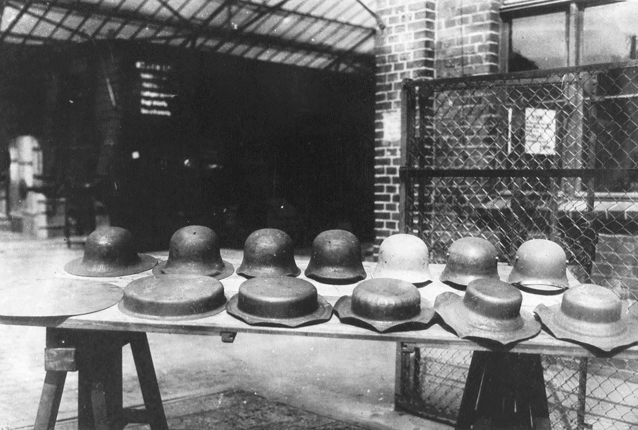 A német acélsisak előállítási folyamatának különféle stádiumai, 1916. Forrás: rarehistoricalphotos.com