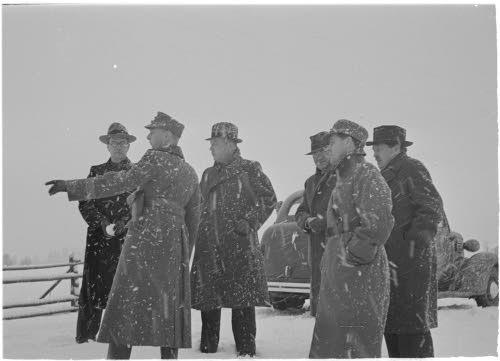 Finn katonák külföldi újságíróknak mutatják a lövések helyszínét 1939. november 29-én. Finn Védelmi Erők Archívuma, SA-KUVA