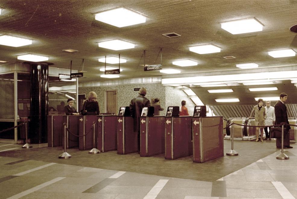 A Blaha Lujza tér 1971-ben. A képen láthatóhoz hasonló beléptető kapuk visszaállítása azóta is viták tárgyát képezi. (Lovas Gábor/FORTEPAN)