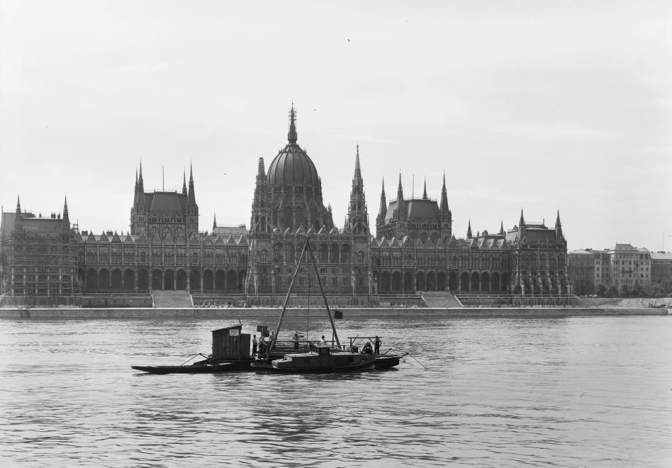 Apa, kezdődik! Talajkutató hajó a Parlament előtt 1950-ben (UVATERV/FORTEPAN)