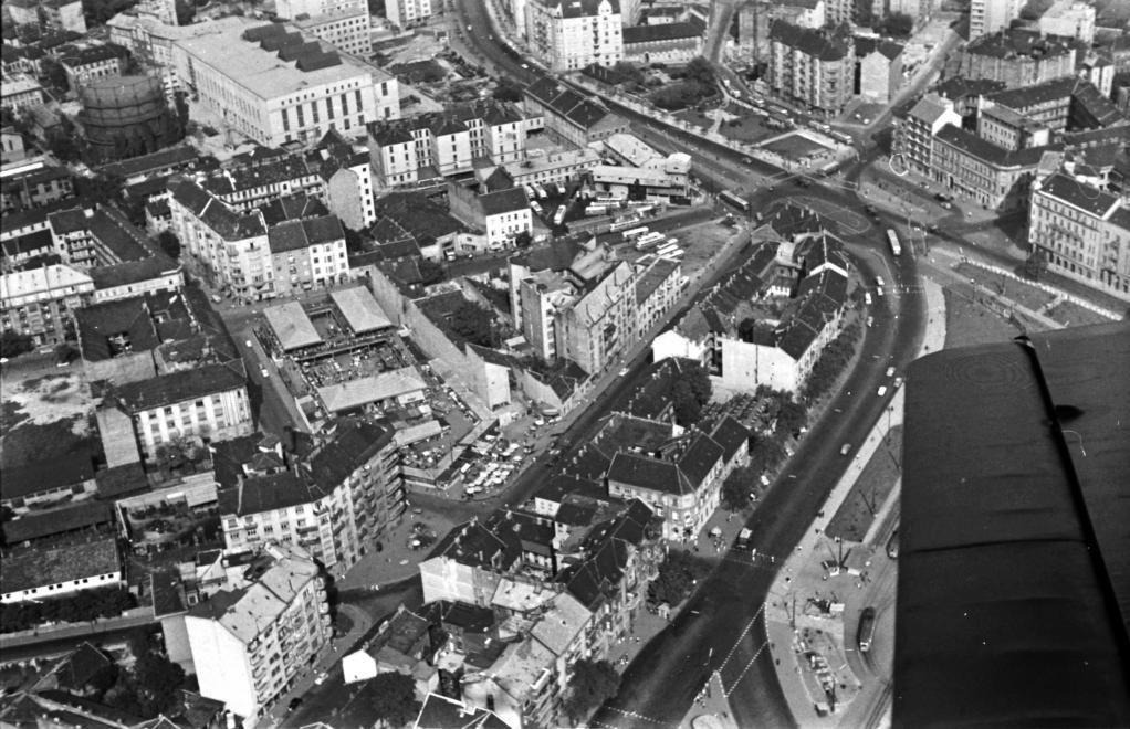 Légifelvétel 1963-ból: középen a Fény utcai piac, jobbra fent a Széna tér, a mai Mammut II. helyén pedig a metró aknája. (UVATERV/FORTEPAN)