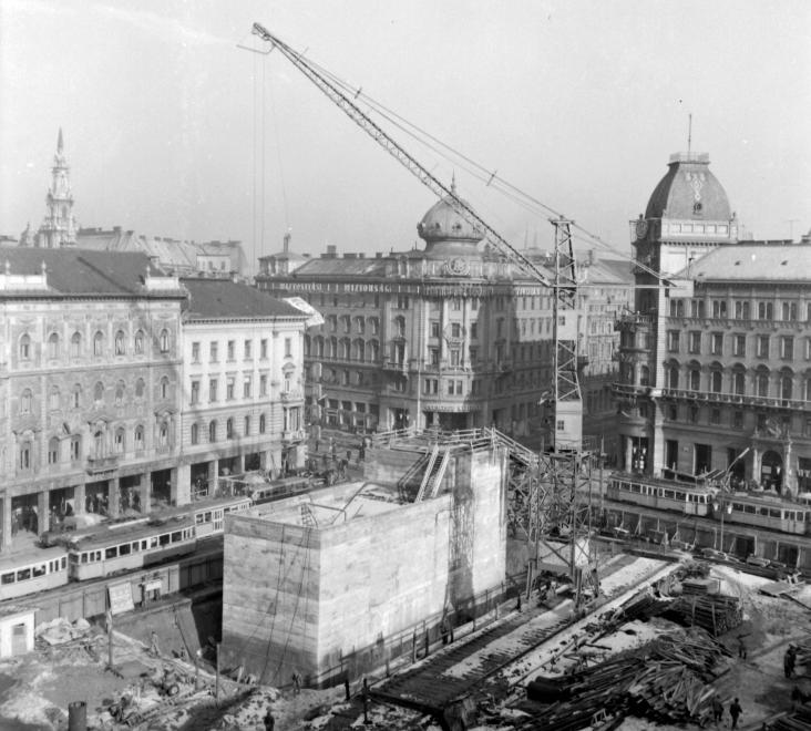 Blaha Lujza tér 1965. A metróépítés miatt bontották el a régi Nemzeti Színházat; az új csak évtizedekkel később készült el. (FORTEPAN)