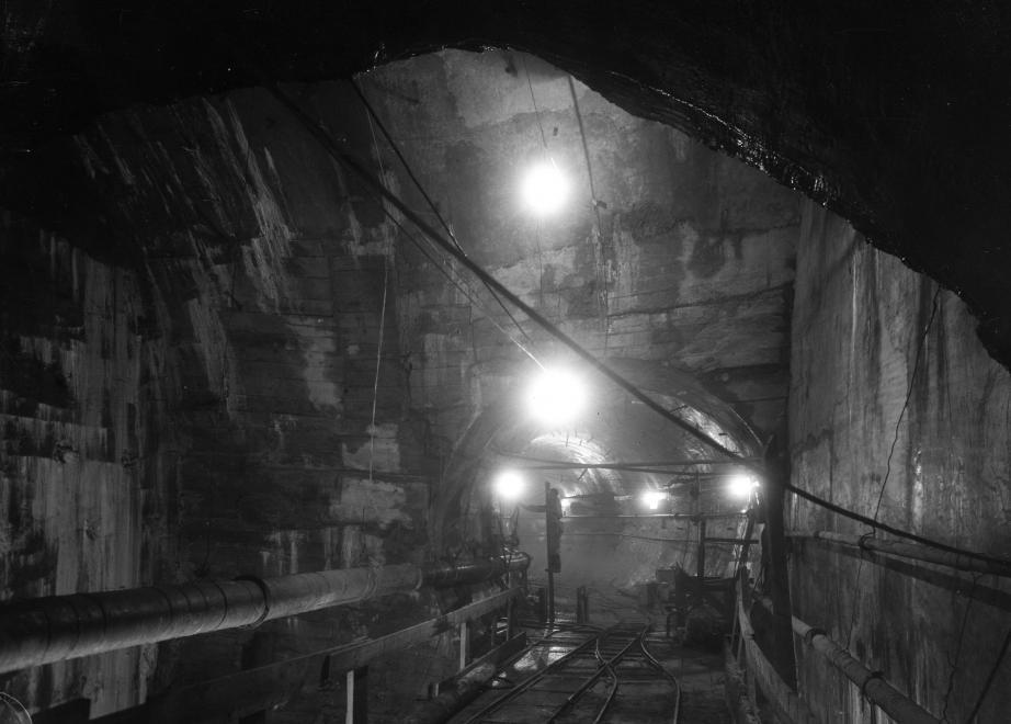 """""""Szétvisz az alagútban egy álmot..."""" 1951. (UVATERV/FORTEPAN)"""