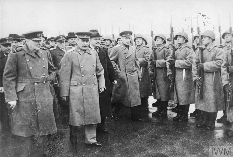 Molotov 1944. október 9-én Sztálin és Churchill társaságában, Moszkvában. Imperial War Museum, HU 90354