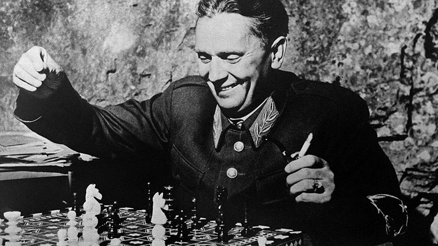 Tito sakkjátszma közben, 1944 októbere /AFP PHOTO
