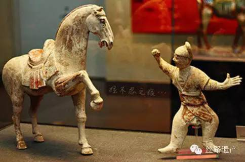 Táncoló lovat tanító idomár szobra a Tang-korból