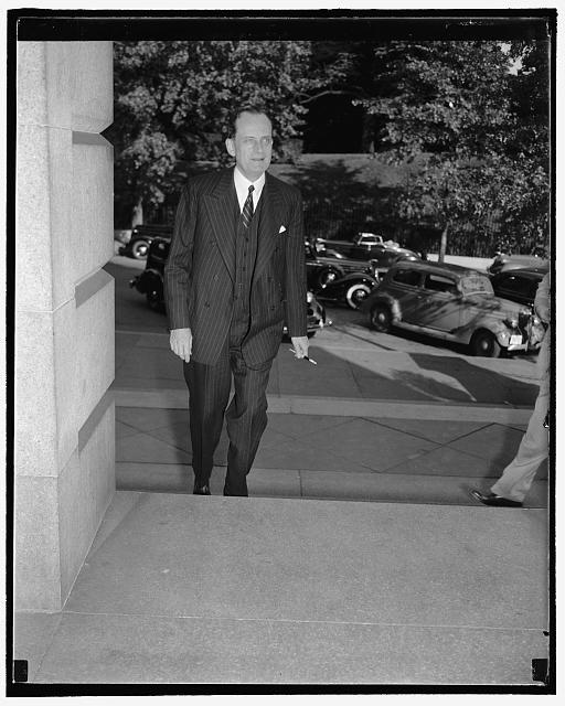 Pelényi János még 1938-ban a State Department lépcsőin, hogy átadhassa Cordell Hull államtitkárnak megbízólevelét