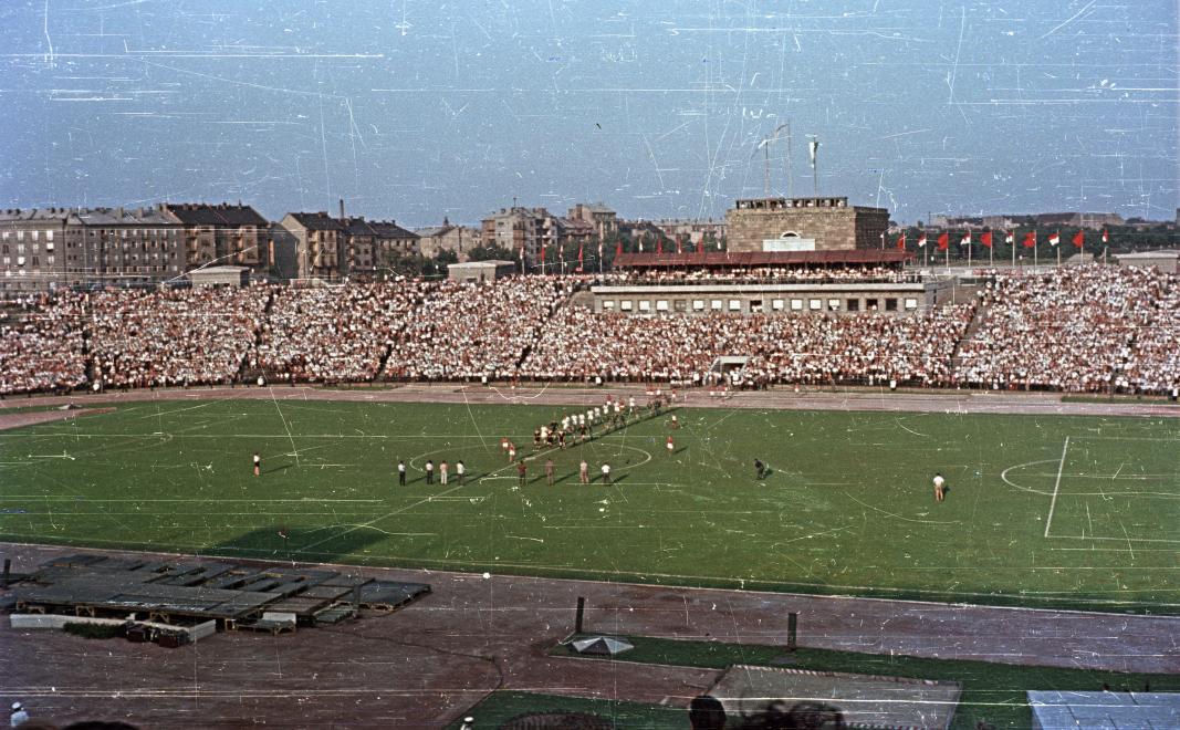 Újabb teltházas mérkőzés 1960-ban. Jól látható a stadion toronyépülete is. (Fortepan 51082)