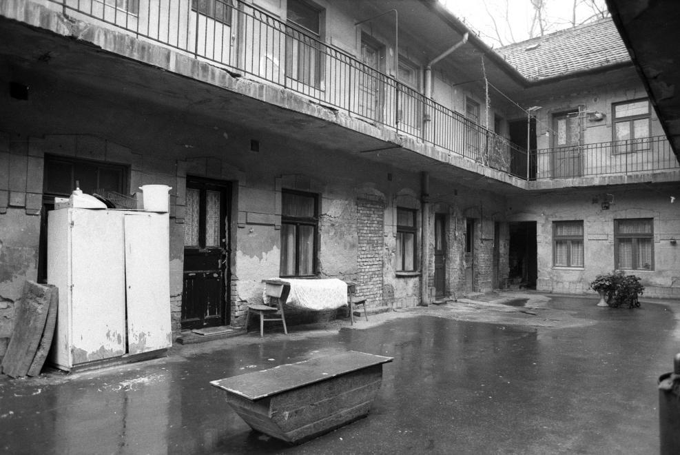 Budapest, IX. kerület, Angyal utcai ház belső udvara, 1990. ERDEI KATALIN / FORTEPAN