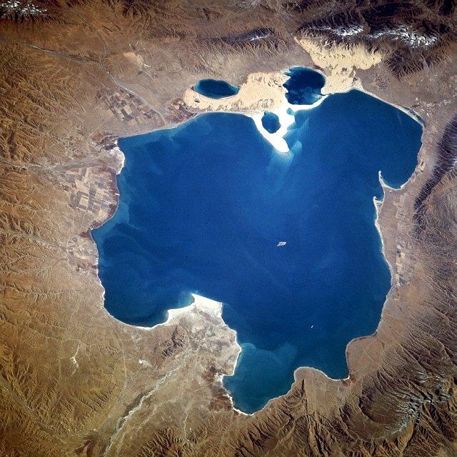 """A Csinghaj-tó az űrből. A közepén látható kis, körülbelül két kilométer hosszúságú szigeten tenyésztették a tujühunok messze földön híres """"sárkány-lovaikat"""""""