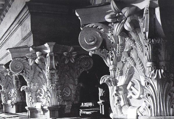 Az oszlopfők sarló-kalapácsos díszítései. Forrás: Tarkhanov - Kavtaradze 1992, 72.