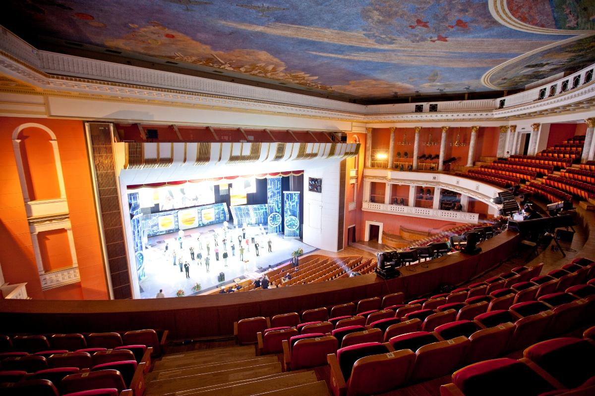 A színház nézőtere és a színpad napjainkban.