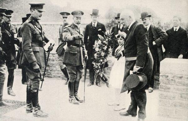 V. György és kísérete a Vlamertinghe katonai temetőben, 1922. Forrás: The King's Pilgrimage, 1922. 24. p.