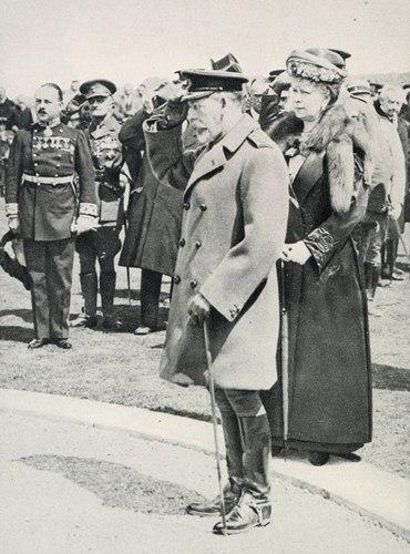 V. György és Mária királyné a két perces néma csend alatt. 1922. Forrás: The King's Pilgrimage, 1922. 72. p.