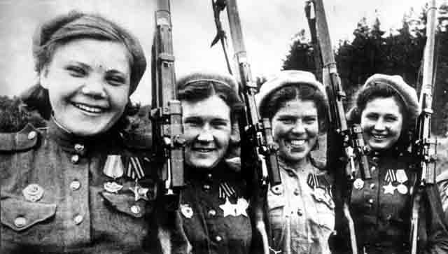 Bájosak és halálosak. Szovjet női mesterlövészek csáboskodnak a közkedvelt Moszin–Nagant típusú puskával.