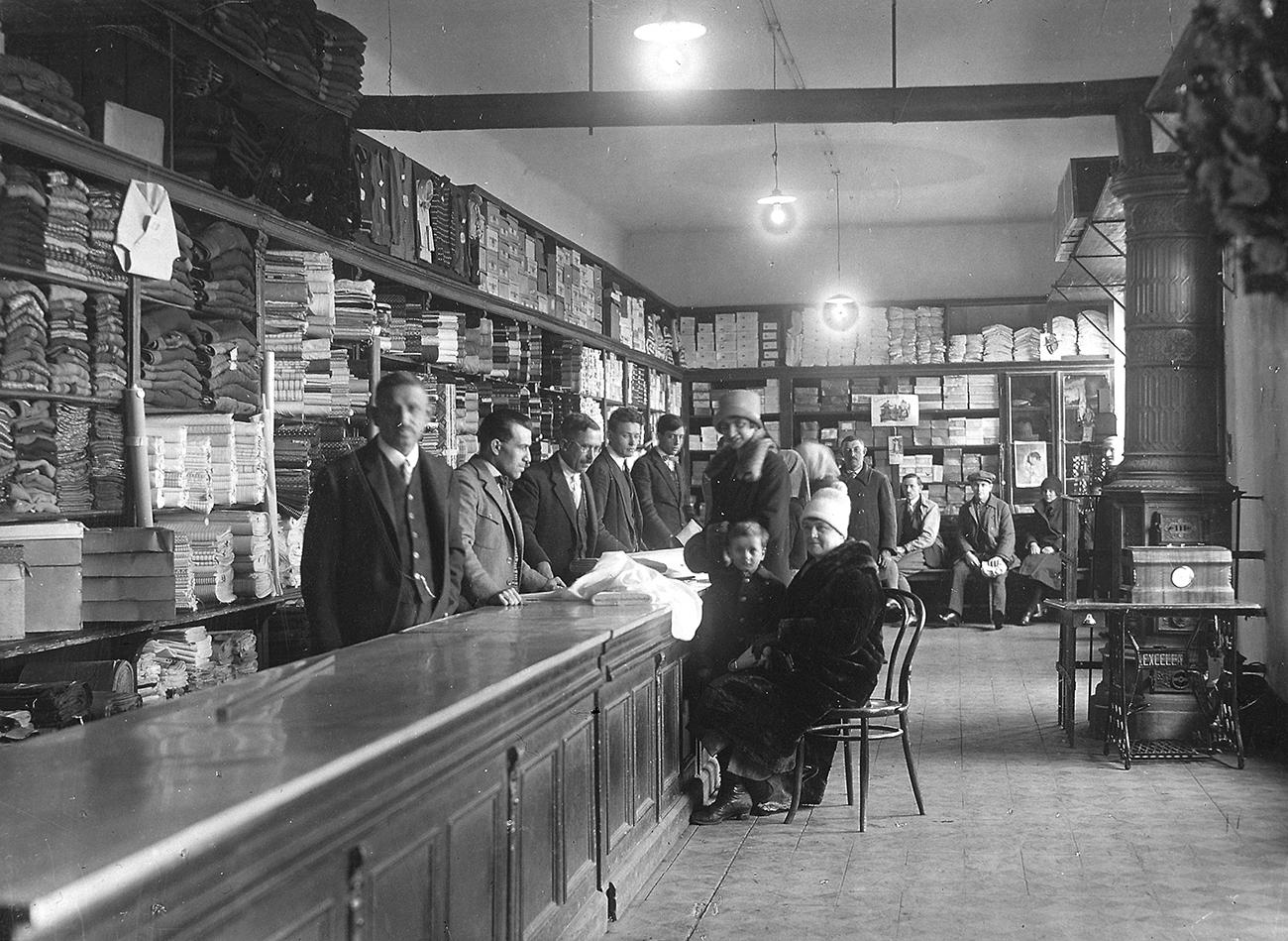A MÁK Rt. által fenntartott élelemtár ruhaosztálya (Forrás: Tatabányai Múzeum)