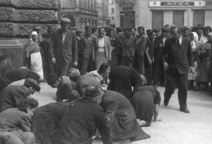 1941. július 1., A lembergi zsidókat kiterelték a város köztereire, hogy fogkeféikkel súrolják fel a kövezetet. Kép forrása: Jad Vasem