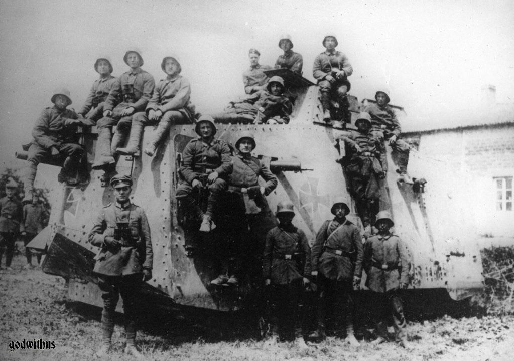 bf6xj6bcmaaficNémet A7V harckocsi és kezelőszemélyzete, 1918. Forrás: https://twitter.com/GERArmyResearch/status/314855220402335745n