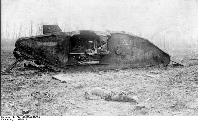 """Egy kilőtt """"női"""" variánsú Mark IV harckocsi a nyugati fronton 1917 körül. Forrás: Bundesarchiv Bild 146-1984-059-02A"""