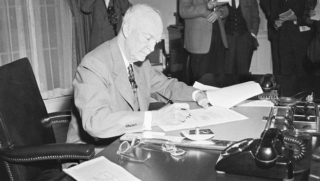 Eisenhower március 9-én írta alá a doktrínát. Forrás: History.com
