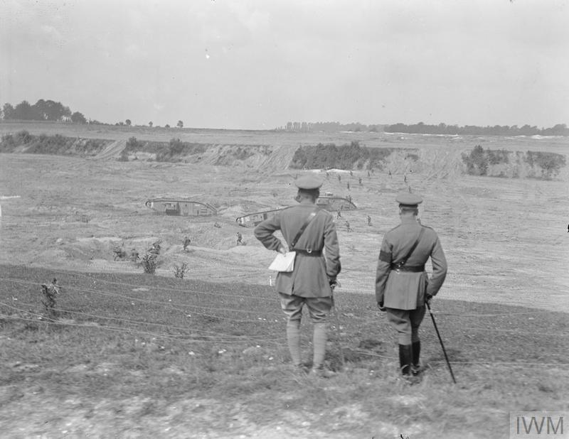 V. György brit király (jobb oldalon) és Hugh Elles tábornok (az újonnan létrehozott Harckocsihadtest első parancsnoka) tankokat szemlélnek meg, 1918. augusztus. Forrás: Imperial War Museum, Q 11460