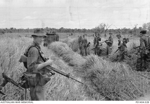 A 6. zászlóalj katonái őrjáraton 1966 végén Phuoc Tuy tartományban. A képen - a három jobb oldali katonánál - megfigyelhető, hogy párhuzamosan használták saját gyártású L1-es karabélyaikat az akkoriban újnak számító amerikai M-16-osokkal. (Australian War Memorial P01404.028)